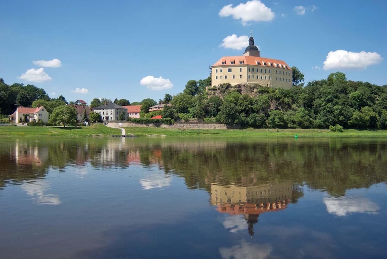 Schloss Hirschstein mit Wasserspiegelung