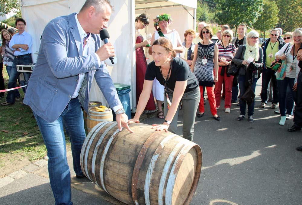 Traditionelles Weinfass rollen